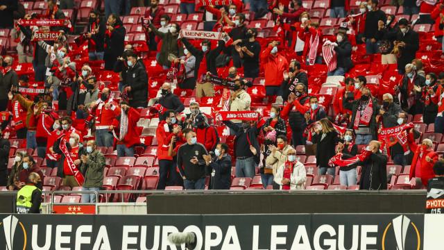 Intensidade no relvado e alegria na bancada: As imagens do Benfica-Liège