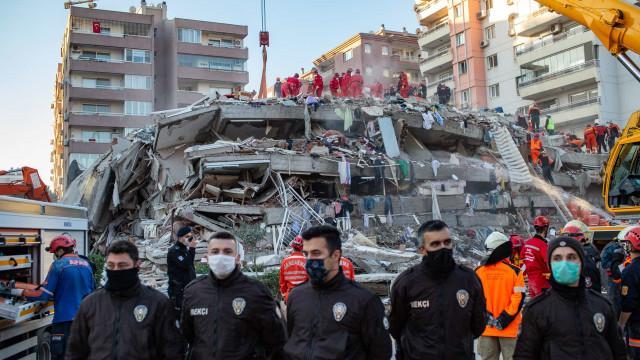 Vídeo mostra momento em que prédio colapsa na Turquia após sismo