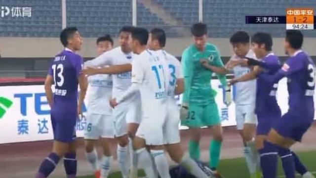 Jogo entre Tianjin Teda e Dalian Pro acaba em batalha campal