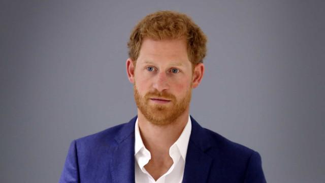Príncipe Harry fotografado na chegada a Inglaterra para o funeral do avô