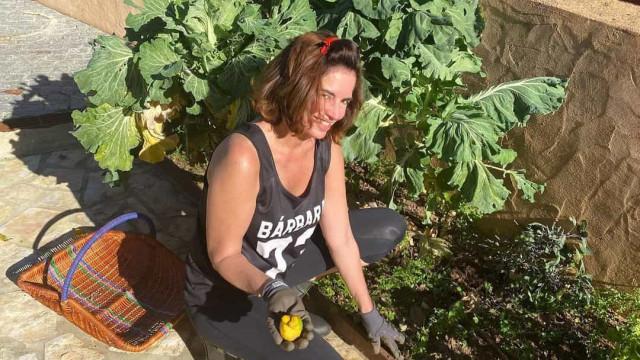 """Orgulhosa da nova vida, Bárbara Guimarães mostra-se de """"mãos na terra"""""""