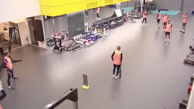 De costas voltadas com Mourinho, Dele Alli vai brilhando... no cricket