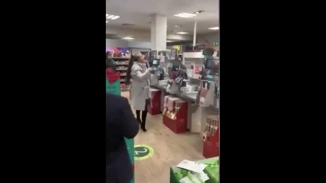 Mulher cospe em funcionário após ver cartão multibanco recusado