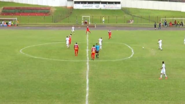 Insólito: Partida no Brasil teve direito a círculo oval no meio campo
