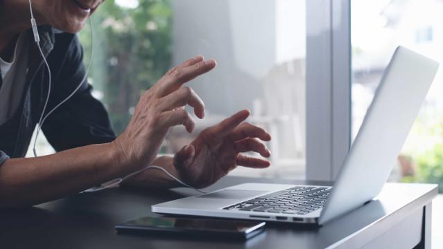 Realizador pede desculpas públicas a ator após descuido em videochamada
