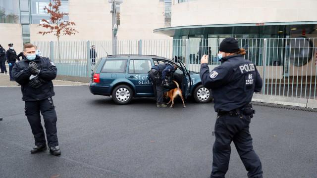 Carro colide com portão de escritório de Angela Merkel