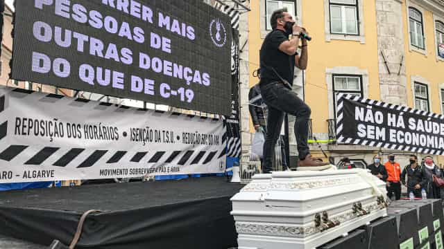Caixões e palavras de ordem na manifestação da restauração no Parlamento
