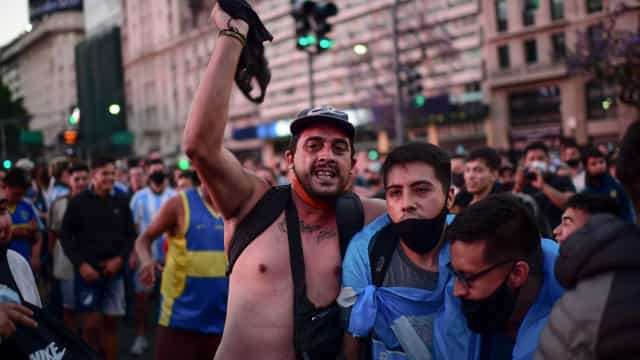 Em estado de choque: Ruas de Buenos Aires choram morte de Maradona