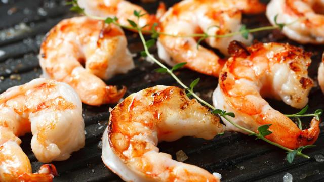 Receita rápida para o almoço? Sugerimos camarão frito em azeite e alho
