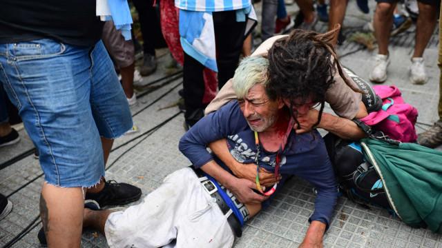 Alta tensão no velório de Maradona: Confrontos entre polícia e adeptos