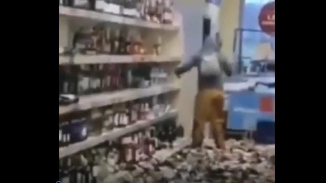 Mulher parte dezenas de garrafas em supermercado após ataque de fúria