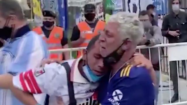Adeptos de River e Boca esquecem rivalidade e choram juntos por Maradona