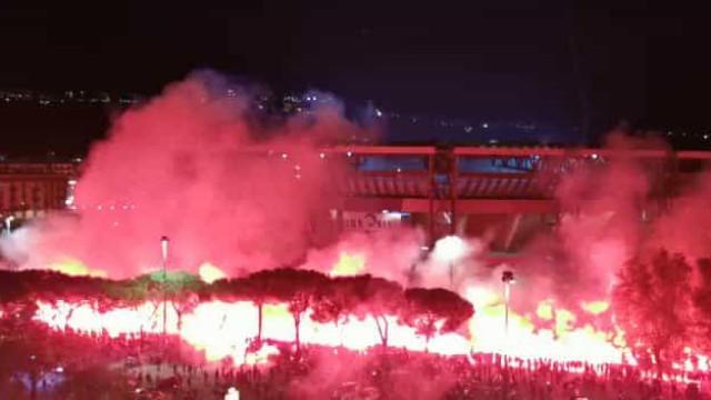 Verdadeiramente arrepiante: Napolitanos dedicam 'espetáculo' a Maradona