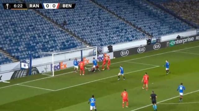 Defesa do Benfica 'adormeceu' e Arfield abriu marcador aos 7 minutos