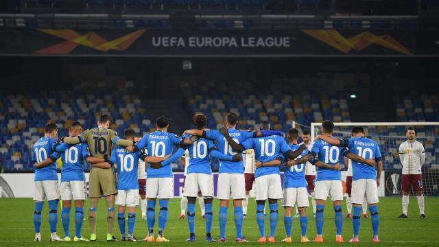 A sentida homenagem do Napoli. Todos os jogadores entraram com o 10