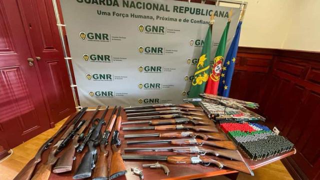 GNR partilha imagens de apreensão de dezenas de armas e munições