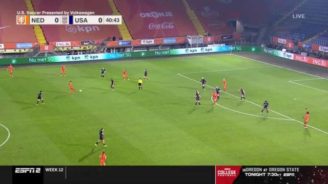 De área a área: Jogadora americana faz golaço frente à Holanda
