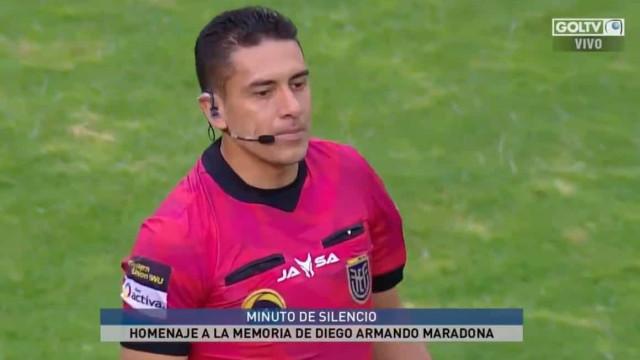 Arrepiante: Árbitro para jogo ao minuto 10 de forma a homenagear El Pibe