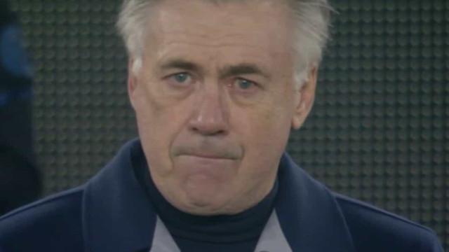 Ancelotti não segura as lágrimas durante homenagem a Maradona