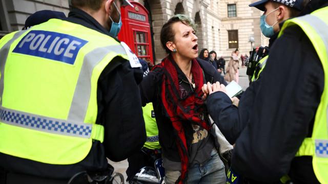 Mais de 60 pessoas detidas em Londres por protestos anti-confinamento