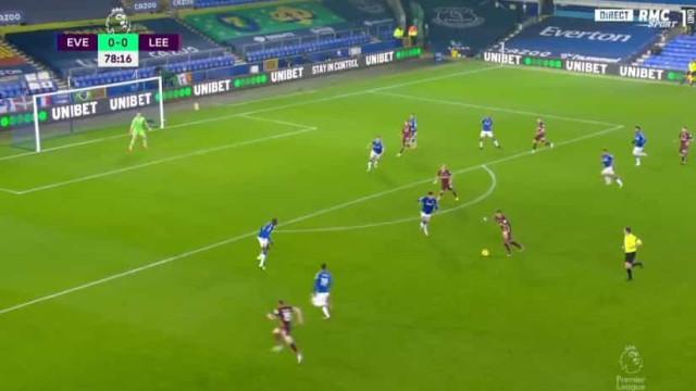 Raphinha marca do meio da rua e oferece três pontos ao Leeds