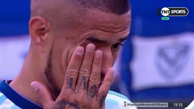 Jogadores do Gimnasia desfeitos em lágrimas no primeiro jogo pós-Maradona