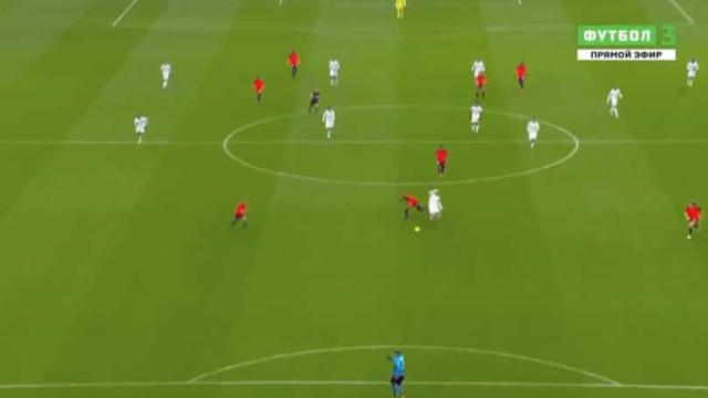 Ex-FC Porto e Sporting expulso aos 32 minutos após entrada sobre Depay
