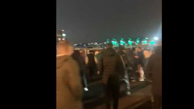 Adeptos do Celtic em confrontos com a polícia à porta do estádio