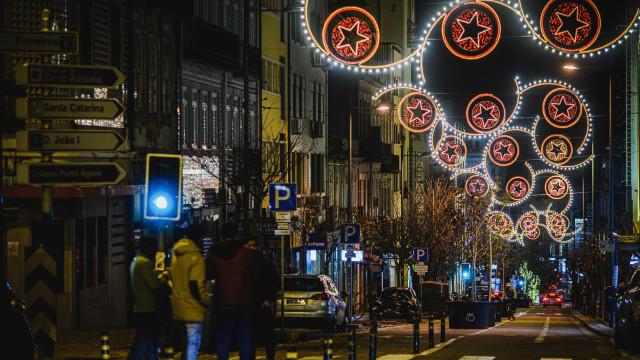 De presentes a estrelas: Luzes de Natal já iluminam a Baixa do Porto