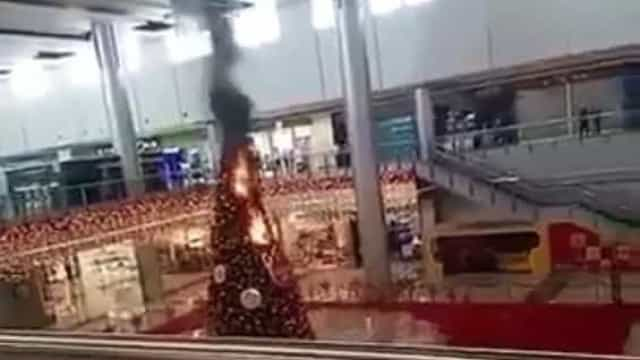 Árvore de Natal de centro comercial em chamas nas Filipinas