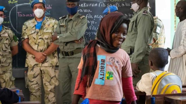 Militares portugueses solidários fazem sorrir crianças do Mali