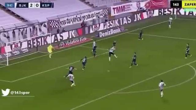 Aboubakar está 'on fire' e marcou assim o sétimo golo em cinco jogos
