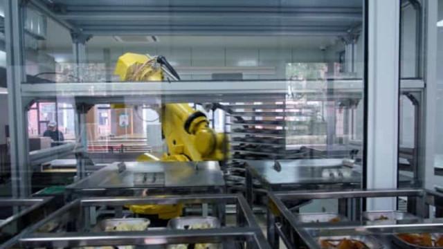 Covid-19. Robot substitui funcionários de cantina em escola na China