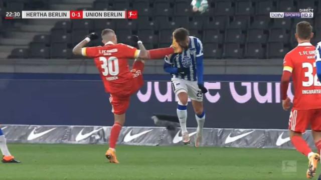 Bundesliga em choque: Jogador pontapeou o pescoço do rival