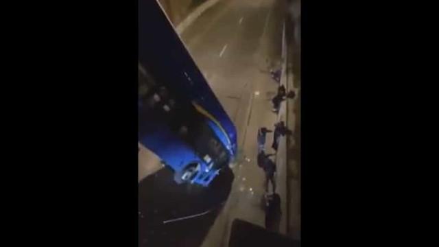 Motorista perde controlo de autocarro e acaba pendurado em ponte