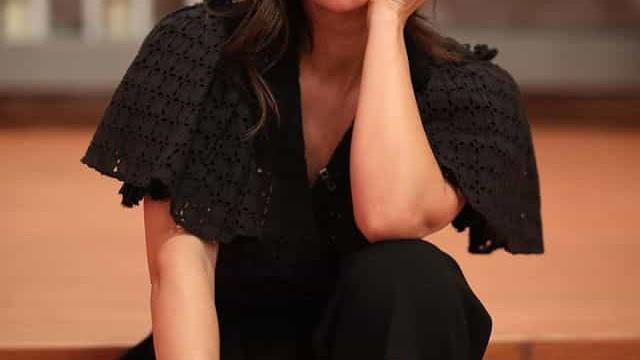 Cláudia Vieira conquista elogios com look de última hora