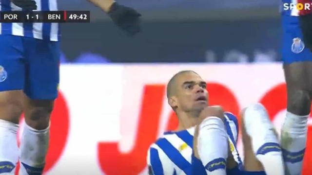 Alta voltagem no Clássico: Pizzi empurra Pepe e faz isto a Oliveira