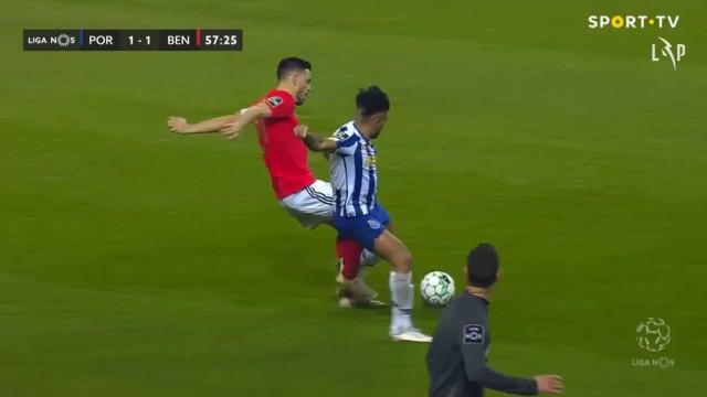 O lance em que o FC Porto pediu a expulsão de Pizzi