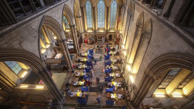 Covid. Idosos foram vacinados em Catedral de Inglaterra ao som do piano