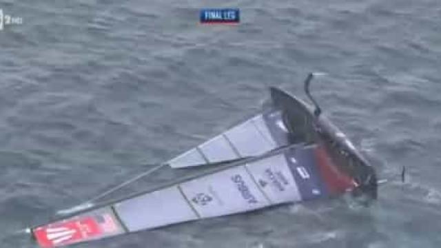 Arrepiante: Embarcação vira-se em plena prova devido a ventos fortes