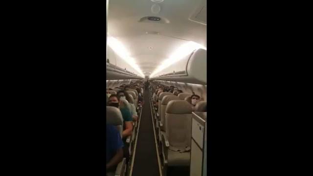 Passageiros aplaudem após comandante anunciar que avião transporta vacina