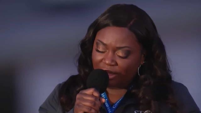 Enfermeira cantou hino em memorial às vítimas da Covid-19. É arrepiante