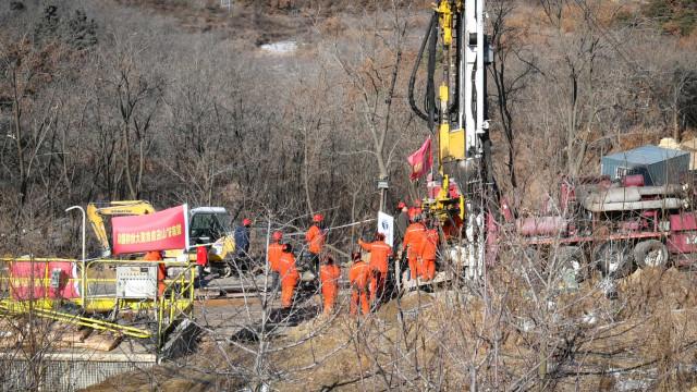 China. Sobreviventes presos em mina vão ficar retidos mais duas semanas