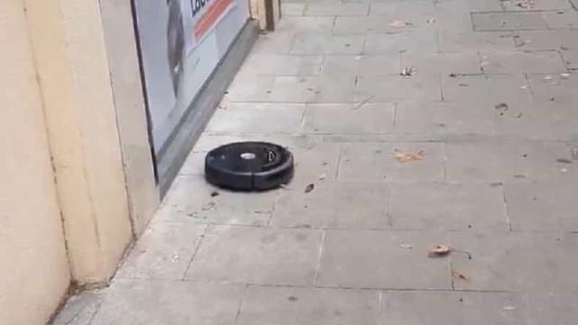"""""""Alguém deixou uma porta aberta"""". Roomba visto a aspirar rua de Barcelona"""