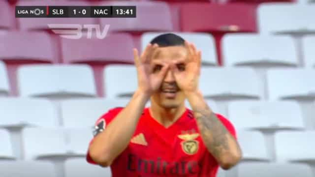 Chiquinho inaugura o marcador no Benfica-Nacional com este cabeceamento
