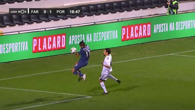 Polémica no Farense-FC Porto: Tecatito Corona fez ou não penálti?