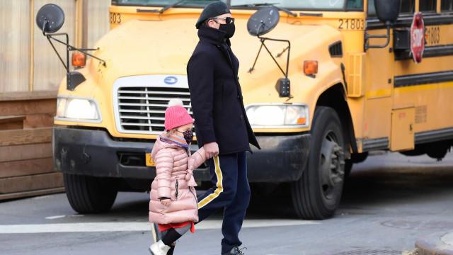 Vestidos contra o frio, Bradley Cooper e a filha passeiam por Nova Iorque