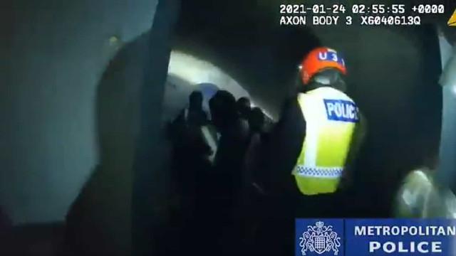 Covid-19. Polícia britânica invade festa ilegal que junta 300 pessoas