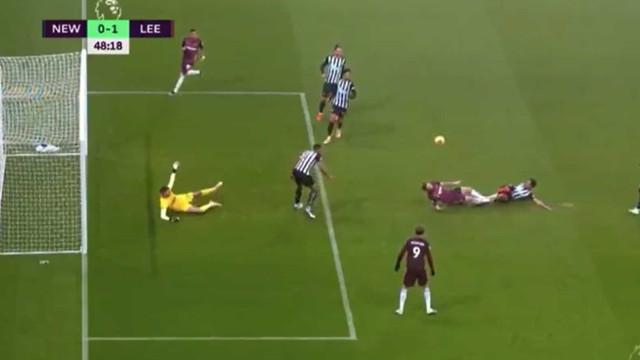 Se fosse validado, este golo do Leeds seria... anedótico