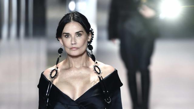 Demi Moore surpreende como modelo em desfile de alta costura em Paris
